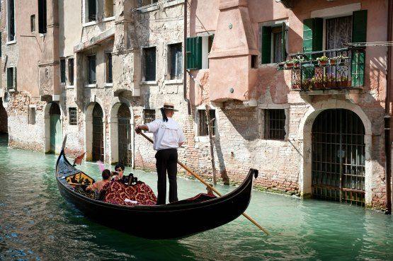 Gondolero con su góndola venecia