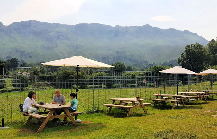 Restaurante donde comer en Asturias al aire libre con vistas a la montaña
